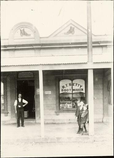 R T Betty, Bootmaker, Foxton