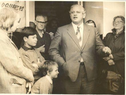Mr Norman Kirk speaks to crowd, Levin, 1972