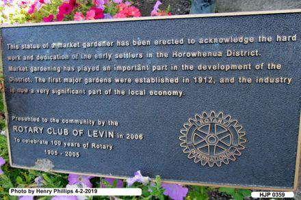 HJP 0359 Bronze plaque beside chinese Gardener in garden, Oxfors Street Levin 4-2- 2019.