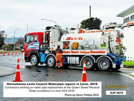 HJP0070 Contractors working on water pipe replacement at the Queen Street Weraroa Road roundabout in Levin 24-8 -2018