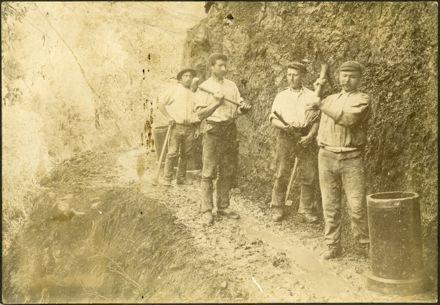 Workmen building the Manawatū Gorge road